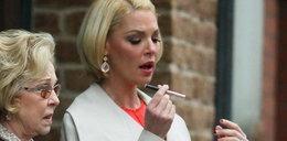 Aktorka z elektronicznym papierosem