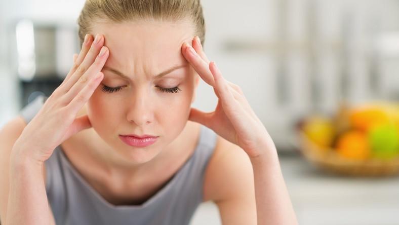 Kobietę boli głowa, mgła covidowa