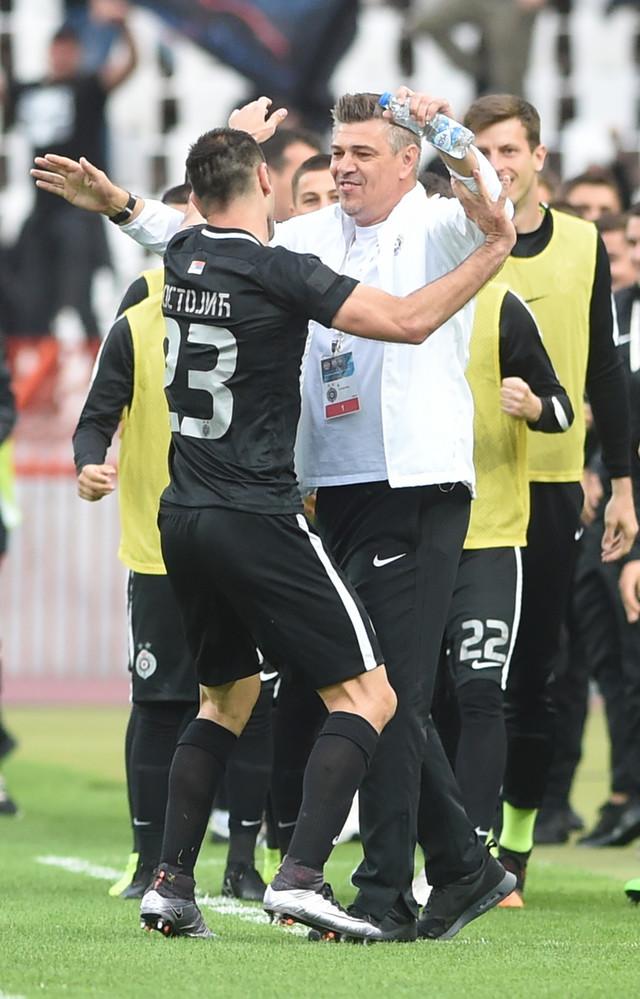 Zagrljaj Bojana Ostojića i Sava Miloševića, trenera Partizana