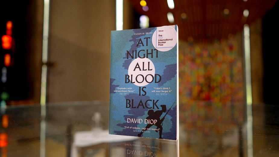 """""""At Night All Blood is Black"""" - książka Davida Diopa z Bookerem 2021"""