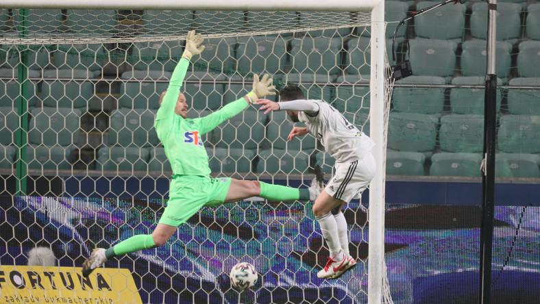 Zawodnik Legii Warszawa Rafael Lopes (P) strzela bramkę na 2:1 podczas meczu 9. kolejki piłkarskiej Ekstraklasy z Lechem Poznań
