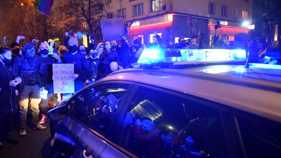 Protesty w Warszawie podczas których policja użyła gazu a tajniacy pałek teleskopowych