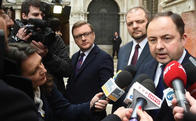 Wiceministrowie spraw zagranicznych Konrad Szymański (P) i Aleksander Stępkowski (C) podczas konferencji prasowej w przerwie pierwszego dnia obrad Komisji Weneckiej
