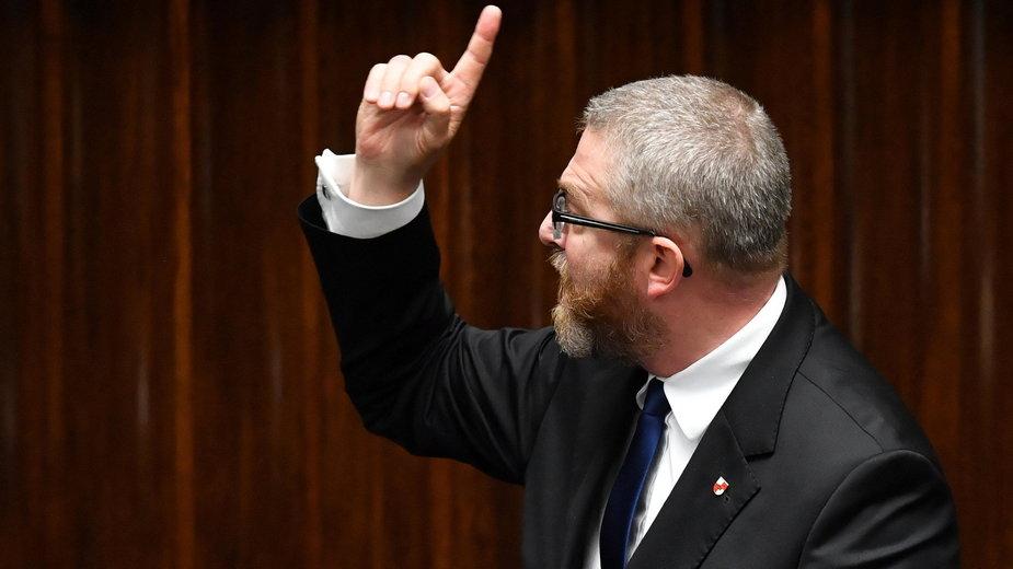 Poseł Konfederacji Grzegorz Braun na sali plenarnej Sejmu