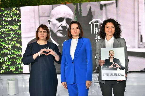 Laureatki nagrody: Swiatłana Cichanouska (P) i Olga Kovalkova (L) oraz odbierająca w imieniu Maryi Kalesnikawej, jej siostra Taccjana Chomicz (C)