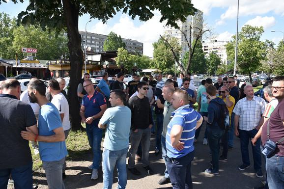 Okupljeni taksisti na Novom Beogradu