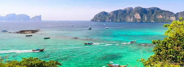 10. Tajlandia Liczba odwiedzających w 2013: 26,5 mln Listę dziesięciu najliczniej odwiedzanych krajów otwiera azjatycka Tajlandia. Bangkok i plaże nad Morzem Andamańskim co roku przyciągają rzesze turystów nie tylko z Europy. Atutem buddyjskiej Tajlandii są m.in. stosunkowo niesie ceny i gorący, zwrotnikowy klimat z monsunowym powietrzem.