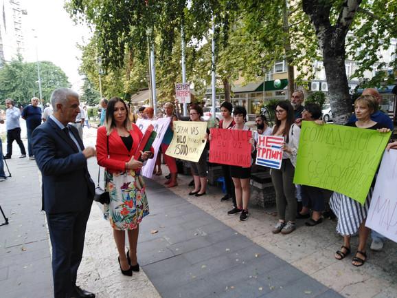 Podrška Marji Lukić ispred sudnice