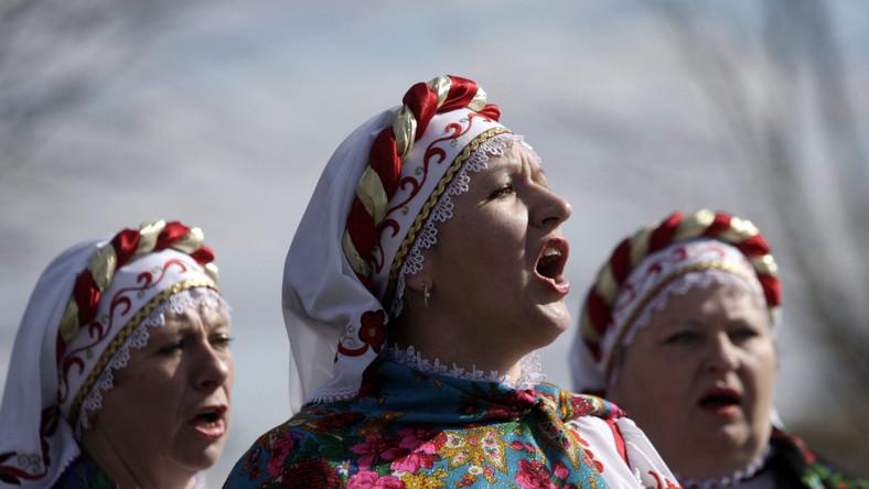 Zaledwie pięć kilometrów od Mińska, w wiosce Ozertso, wydawać by się mogło, że czas się zatrzymał. Kobiety śpiewają tradycyjne wiosenne pieśni