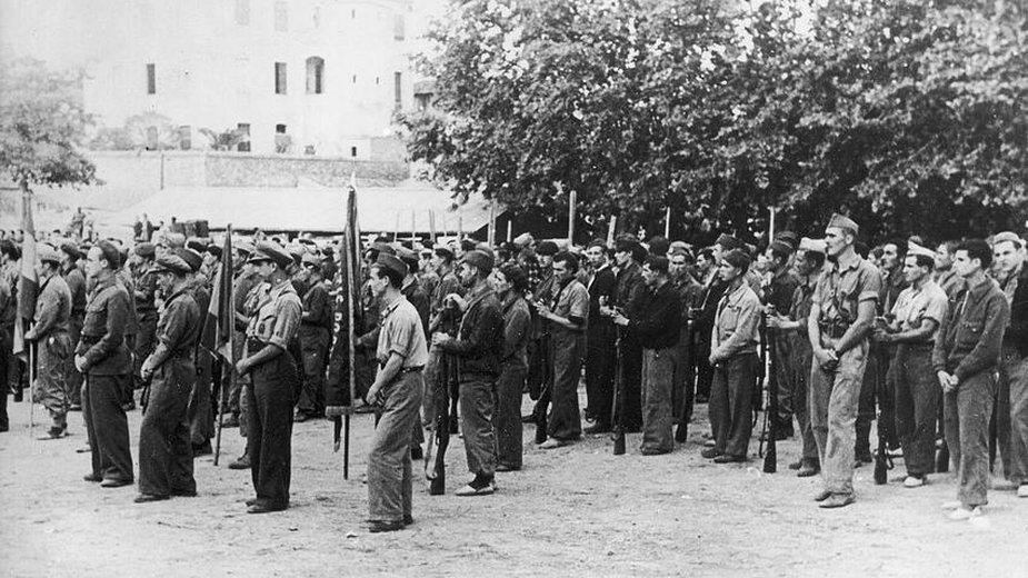 Przedstawiciele batalionu międzynarodowego biorący udział w bitwie nad Ebro. Wojna domowa w Hiszpanii angażowała nie tylko samych Hiszpanów, ale wielu ochotników z całego świata - domena publiczna