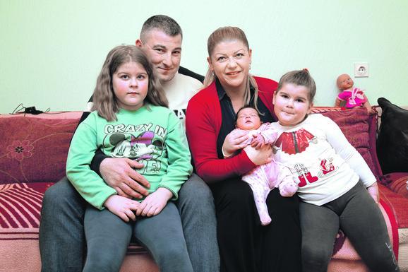Radost: Verica i Dragan Stevanović sa ćerkama Milicom, Anastasijom i Kristinom
