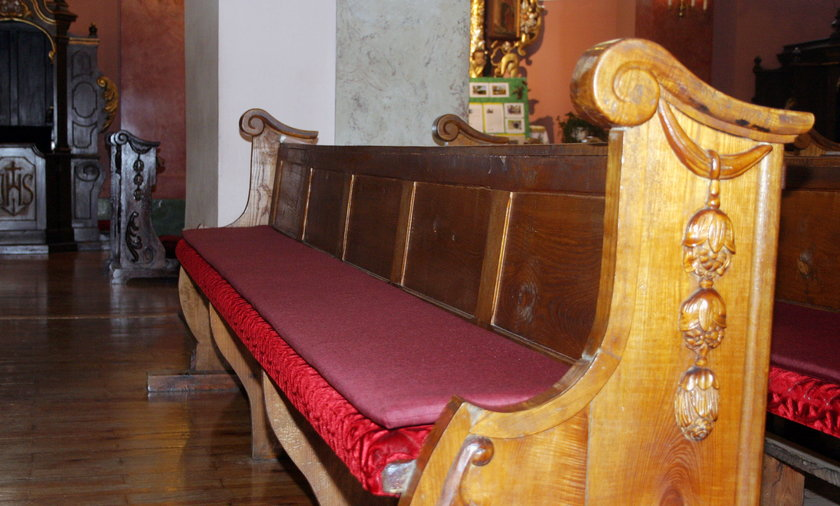 Podgrzewane ławki w kościele