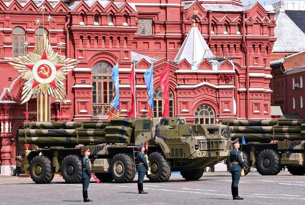 Rosyjskie wojska rakietowe prezentują swoją gotowość podczas Dnia Zwycięstwa na Placu Czerwonym. Jeszcze w onucach.