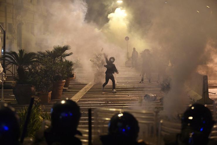 (FOTO/VIDEO) HAOS U NAPULJU: Sukob demonstranata i policije zbog karantina