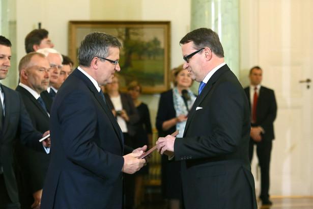 Marek Biernacki odbiera nominację z rąk prezydenta Bronisława Komorowskiego.