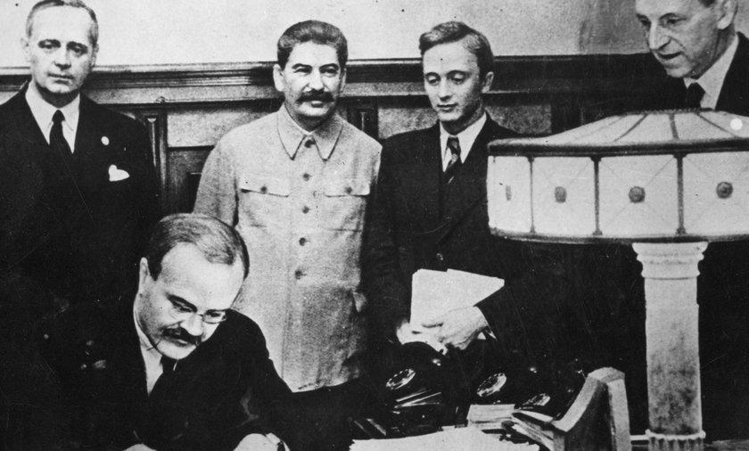 Podpisanie paktu Ribbentrop-Mołotow, który przypieczętował los Polski.