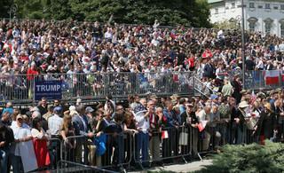 Tłumy ludzi na pl. Krasińskich czekają na przemówienie Trumpa