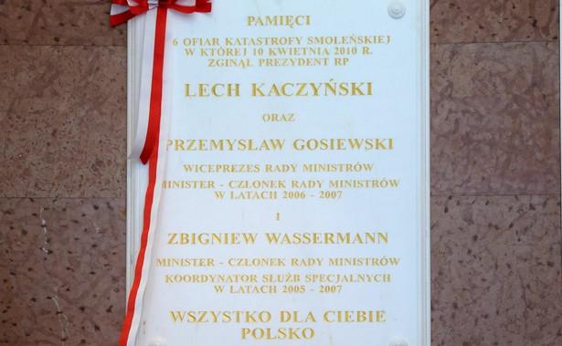W poniedziałek w 7. rocznicę katastrofy smoleńskiej w Kancelarii Prezesa Rady Ministrów odsłonięto tablicę upamiętniającą prezydenta Lecha Kaczyńskiego, wicepremiera Przemysława Gosiewskiego oraz ministra Zbigniewa Wassermanna, którzy zginęli w katastrofie smoleńskiej.