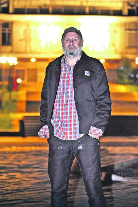 Erlend Lu ispred Muzeja Jugoslavije
