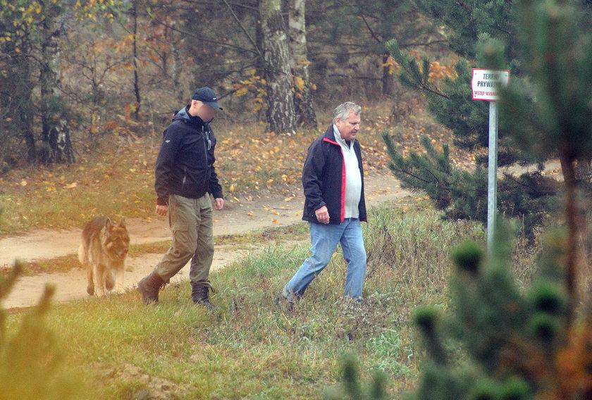 Kwaśniewski zbiera butelki w lesie