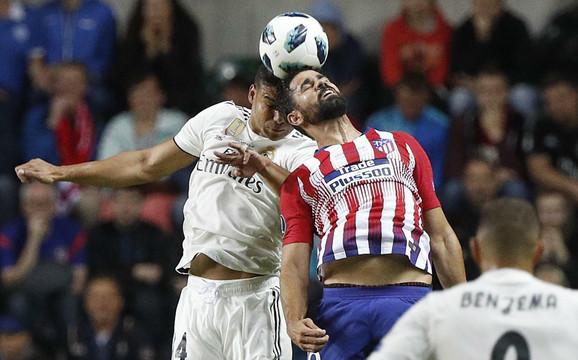 Kazemiro u duelu sa Kalinićem na meču sa Atletikom u Superkupu Evrope