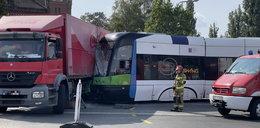 Dramatyczny wypadek w Szczecinie. Tramwaj zderzył się z ciężarówką. Strażacy uratowali życie motorniczemu!