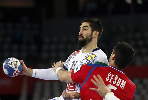 Žarko Šešum pokušava da zaustavi Nikolu Karabatića