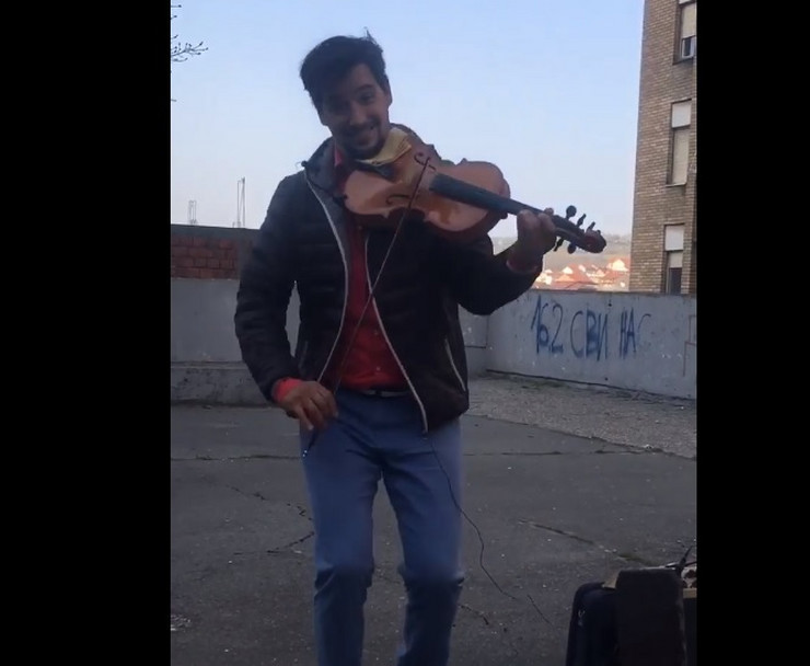 Danilo svira violinu