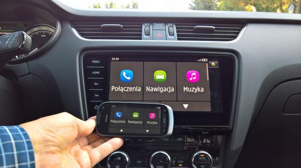 Stara Nokia wciąż działa z radiem w Skodzie. Niestety tryb MirrorLink z Nokią działa tylko na postoju. Skoda Octavia
