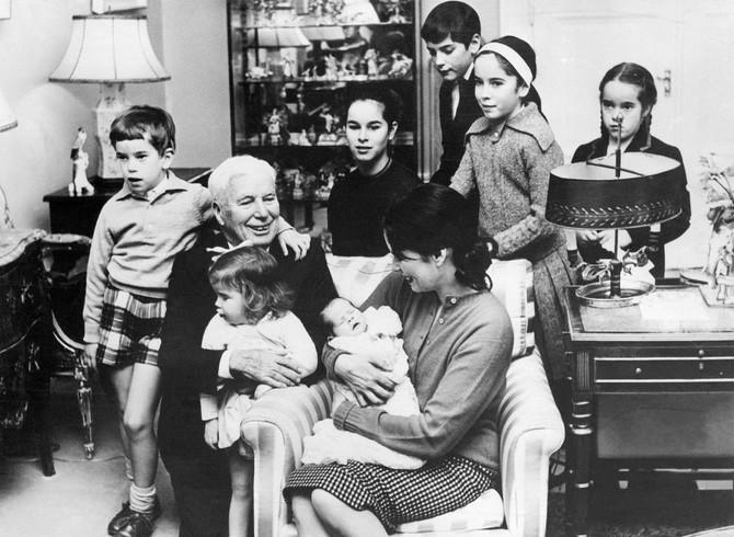 Una i Čaplin sa decom