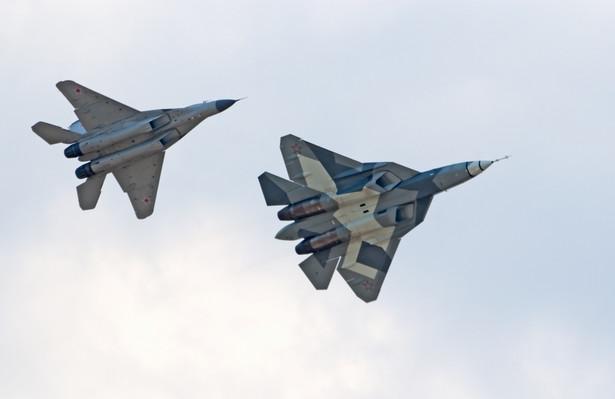 Samolot myśliwski piątej generacji T-50 PAK FA (z prawej,) oraz MiG-29 (z lewej) podczas obchodów stulecia Rosyjskich Sił Powietrznych w Żukowsku w Rosji. Fot. Meoita / Shutterstock.com