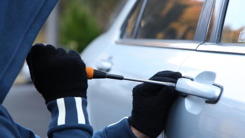 Z danych Komendy Głównej Policji dotyczących kradzieży pojazdów w całej Polsce wynika, że w 2014 roku kierowcy nad Wisłą przez złodziejski proceder stracili 14 124 samochody. To 9 proc. mniej (1341 aut) niż w 2013 roku, kiedy policja zanotowała 15 465 postępowań przygotowawczych o kradzieże aut. W których regionach Polski ginie najwięcej samochodów, a gdzie najmniej? Zobacz, w których województwach złodzieje wolą auta niemieckie, japońskie, francuskie, czeskie a nawet fiata 126p. Oto zestawienie top 5 najczęściej kradzionych modeli na terenie podlegającym poszczególnym komendom wojewódzkim policji.