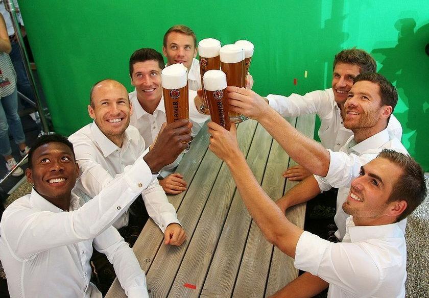 Lewandowski na piwku z kolegami
