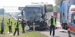 Autobus przewożący dzieci zderzył się z ciężarówką