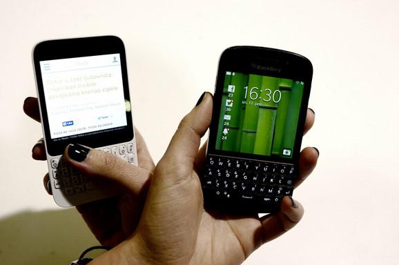 Q5 (levo) je za oko 150 evra jeftiniji od Q10, a ima slične performanse