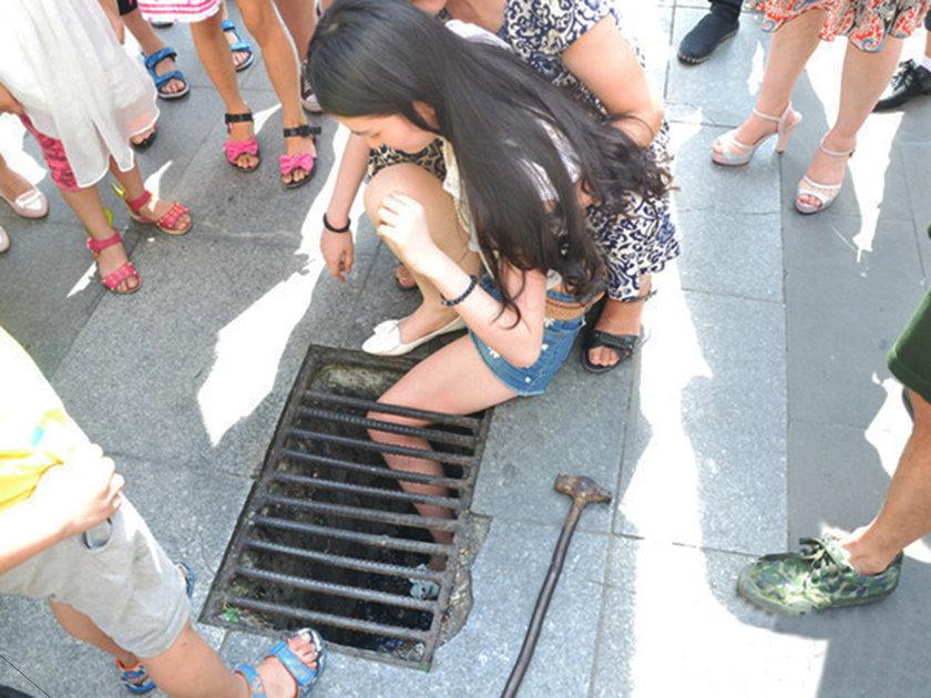 Nastolatka z Chin utknęła w kratce ściekowej