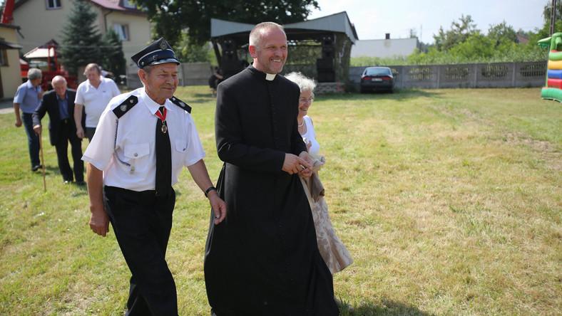 Ksiądz Lemański czeka w kurii na spotkanie z abp Hoserem