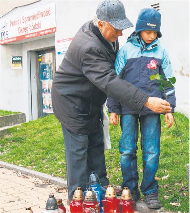 Przed biurem, w którym doszło do tragedii, ciągle palą się znicze Fot. Rafał Goły/PAP
