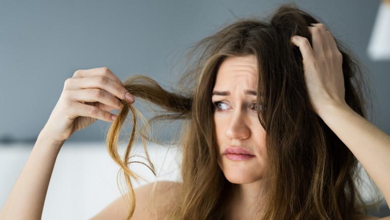 Kobieta ogląda swoje włosy