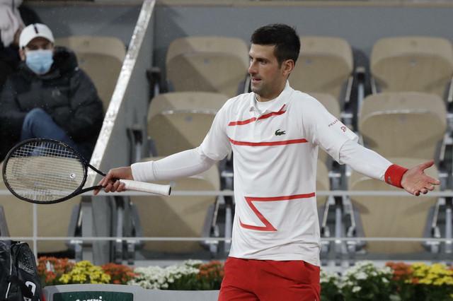 Novak Đoković u čudu što se ne zatvara krov na Rolan Garosu iako pada kiša