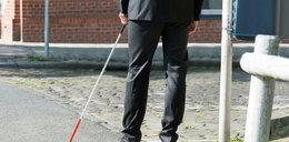 Niewidomy chciał dostać białą laskę, pomoc społeczna przysłała mu... telewizor