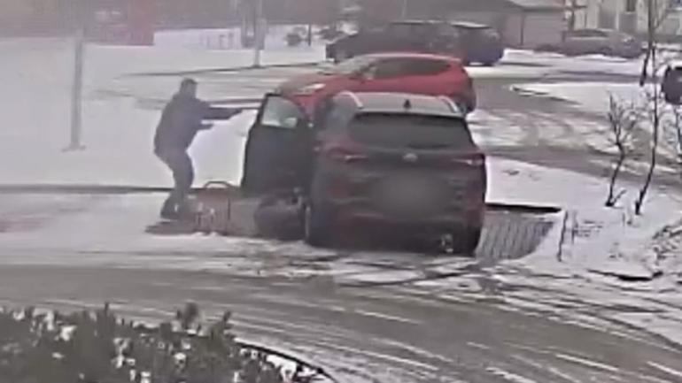 Kobieta wpadła pod koła własnego samochodu