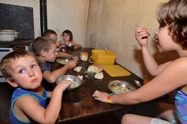 Petoro Milivojevića su češće gladni nego siti