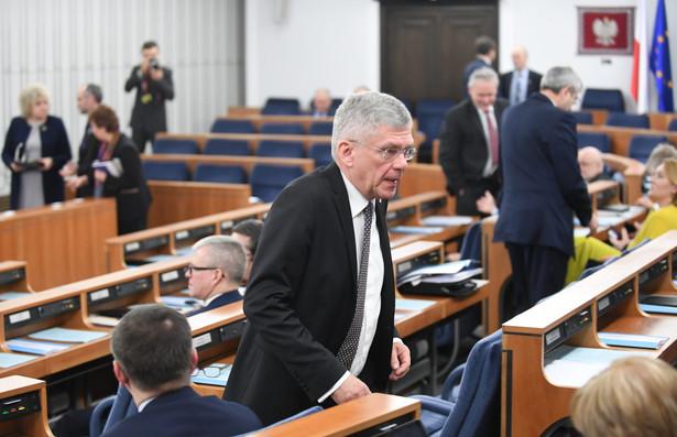 Opozycja kwestionuje przyjęcie budżetu przez Sejm, twierdząc, że gdy ustawa była głosowana w Sali Kolumnowej nie było kworum, a część opozycyjnych posłów nie była dopuszczona do obrad.