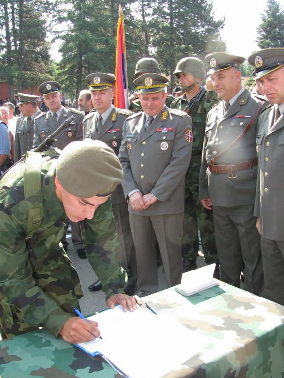 Posle tromesečnog vojnog roka nadaju se da će dobiti posao u vojsci