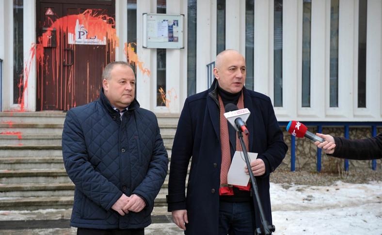 Wicemarszałek Sejmu, przewodniczący komitetu wykonawczego PiS Joachim Brudziński (P) i poseł PiS Artur Szałabawka (L) podczas konferencji prasowej nt. ataku wandalizmu na biuro poselskie Prawa i Sprawiedliwości