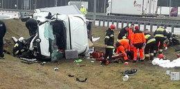 Dostawczak rozbił się na autostradzie. Są ranni