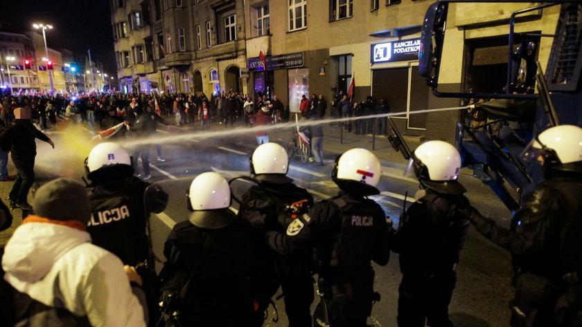 Wrocław. Po rozwiązaniu Marszu Polaków policja użyła armatek wodnych