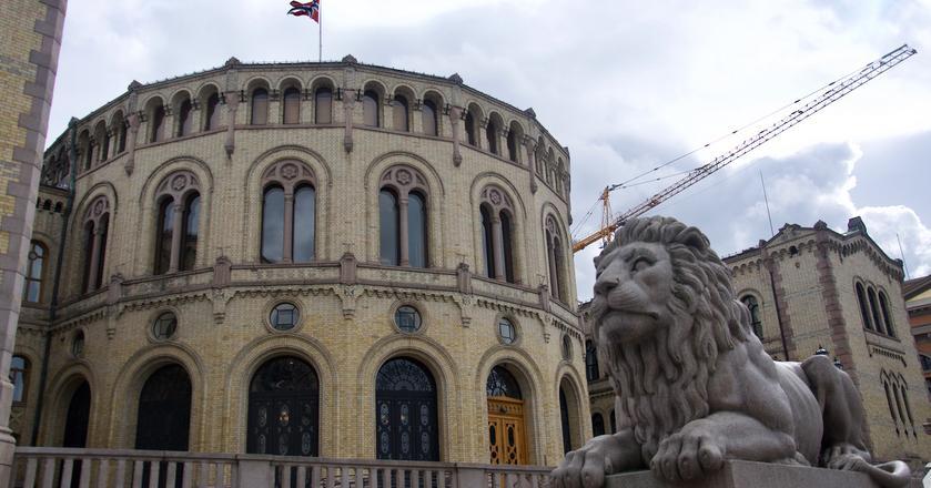 Gmach norweskiego parlamentu stoi w centrum Oslo, niedaleko pałacu królewskiego i miejskiego ratusza