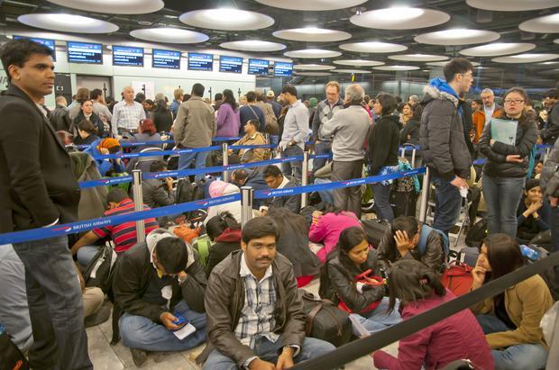 Pasażerowie na lotnisku w Londynie